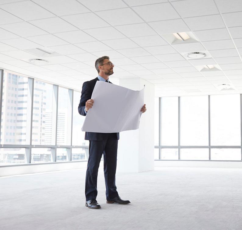Arquitecto observando el trabajo de diseño de interior en oficina
