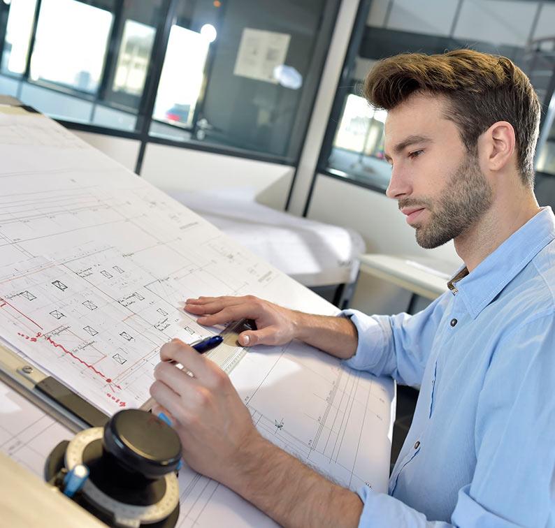 arquitecto-trabajando-sobre-planos